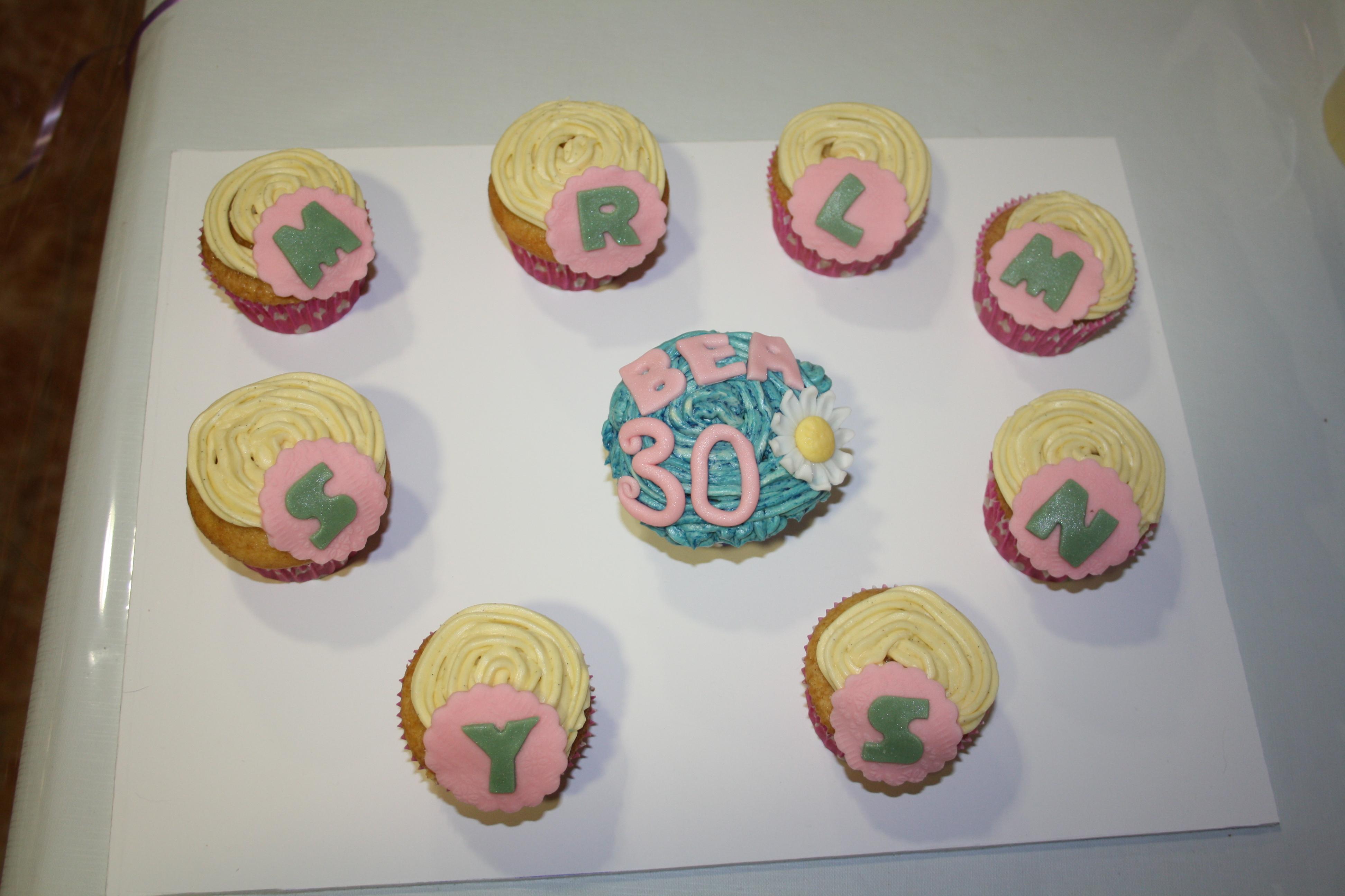 Cupcake s 30 cumplea os di tartas for Decoracion 30 cumpleanos