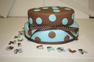 tarta comunion lunares dos pisos y cupcakes 2