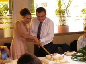corte tarta boda cuadrada dos pisos flores y lazo 2