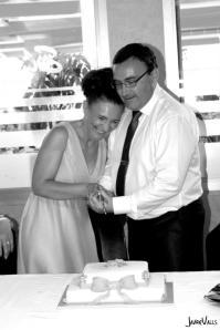 corte tarta boda cuadrada dos pisos flores y lazo