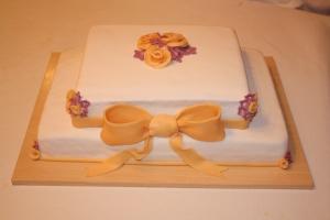 tarta boda cuadrada dos pisos flores y lazo 1