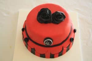 tarta pisos pin up roja y negra con rosas 1